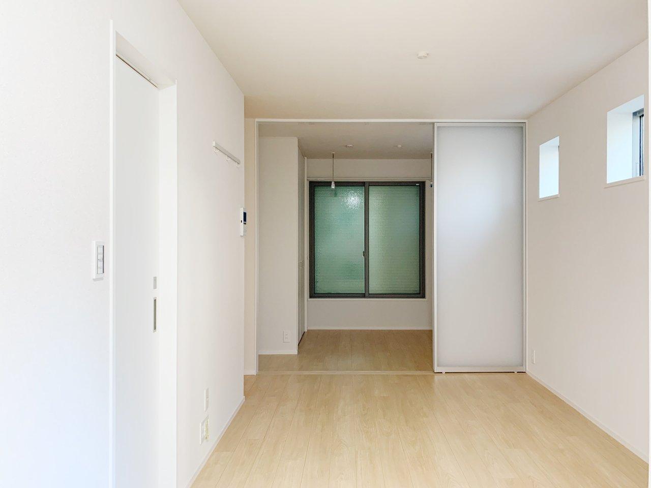 2020年9月築の、新築のお部屋です。引き戸で仕切るタイプの1LDK