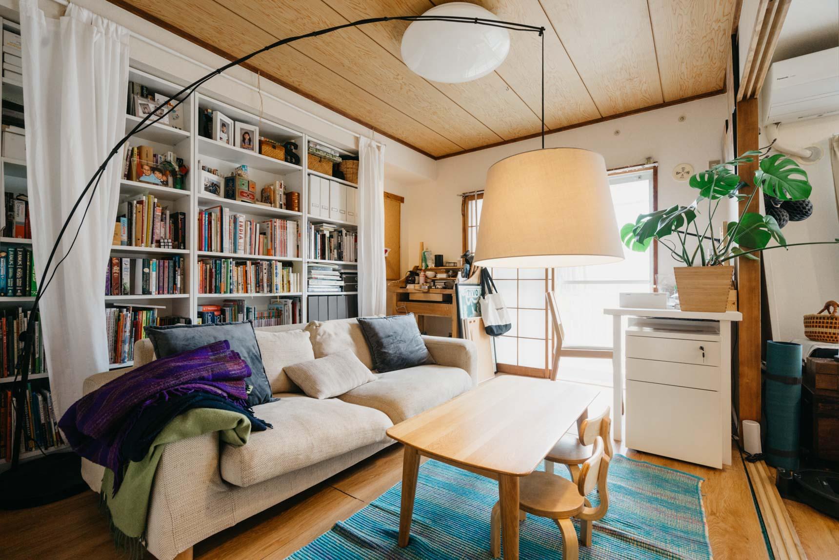 こちらのお部屋では、ソファの後ろにIKEAの「BILLY」を配置。お子さんのカラフルな本もたくさんあり、見た目をスッキリさせたい時にはカーテンで目隠しができるように工夫をされています。