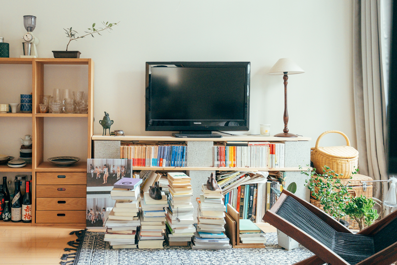 本棚に入りきらなかった本は、ご覧の通り積んであります。鳥の像がいいアクセントに。