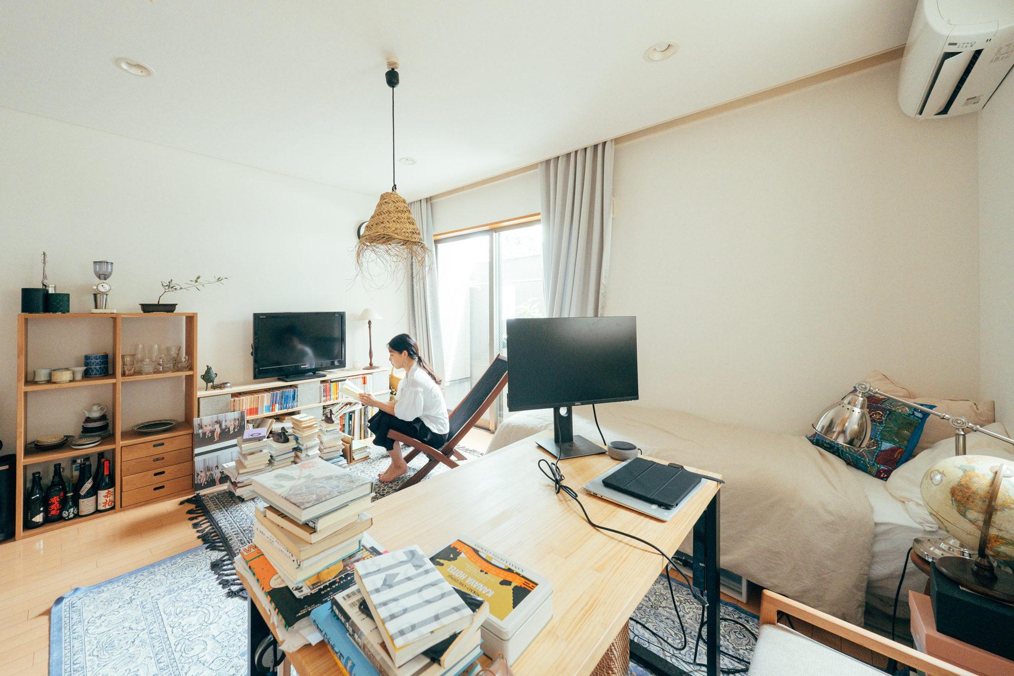 小説や画集から論文まで、たくさんの本に囲まれたお部屋。読書用の椅子はIKEAのブロモー