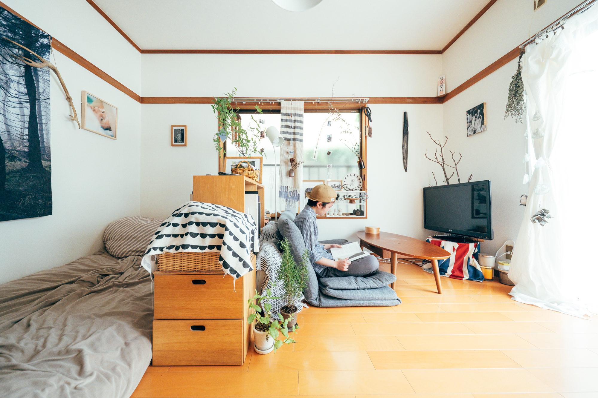 無印良品のスタッキングシェルフの棚は、部屋の間仕切りにも。ベッド側、ソファ側、どちらからも手に取りやすいのがよいです。