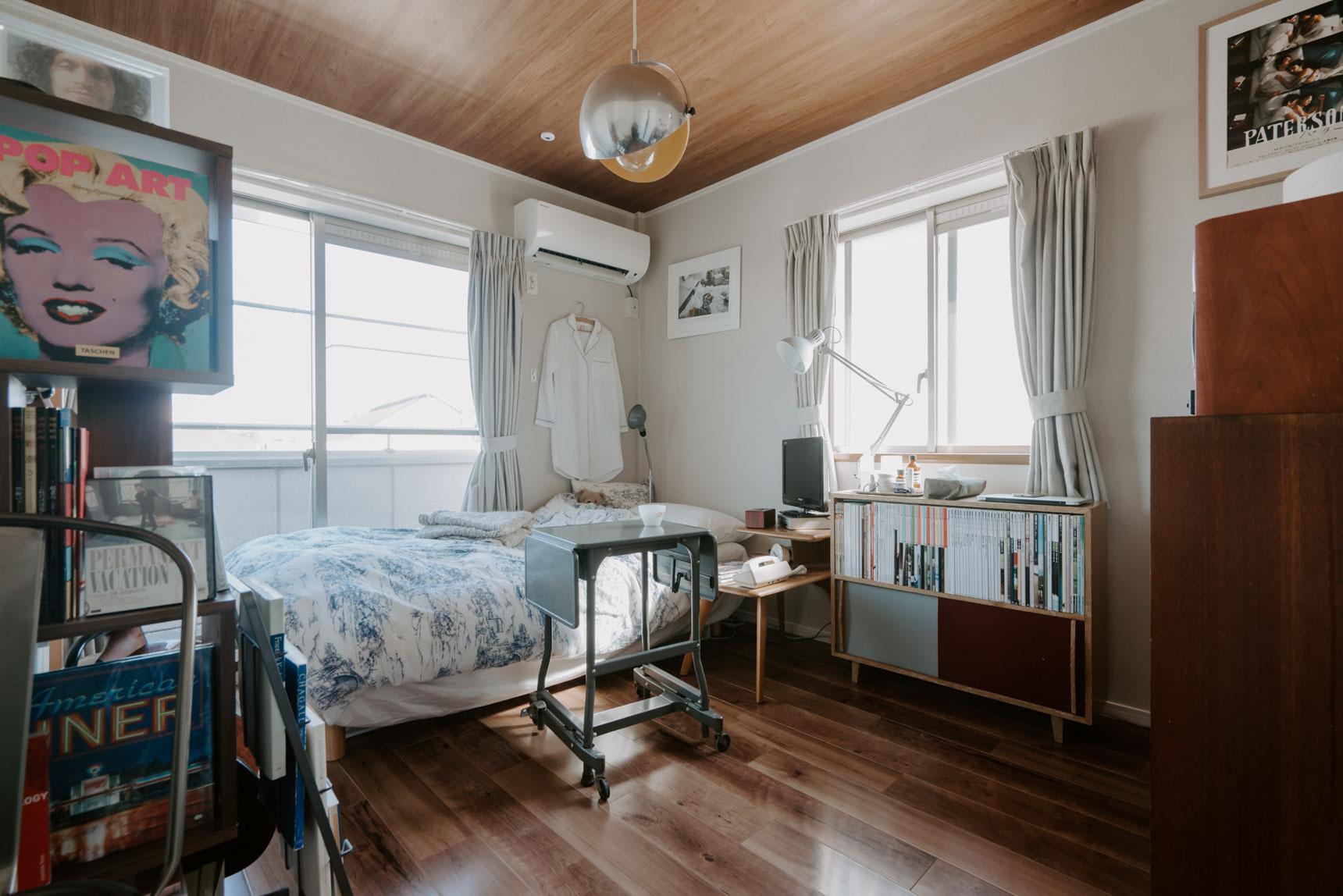ミッドセンチュリー系の家具に、雑誌や本がたくさん納められているお部屋