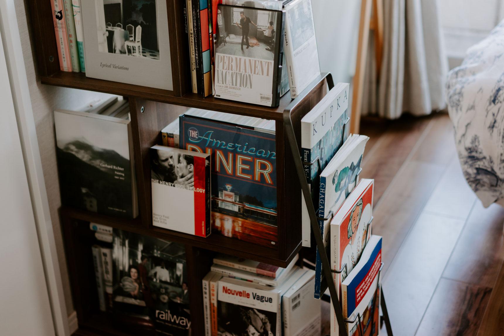 ネットで見つけた「縦にも横にも置ける本棚」は、収納にも間仕切りにもなり重宝しているそう。気に入っている本を面陳することで、すっきりとみせています。