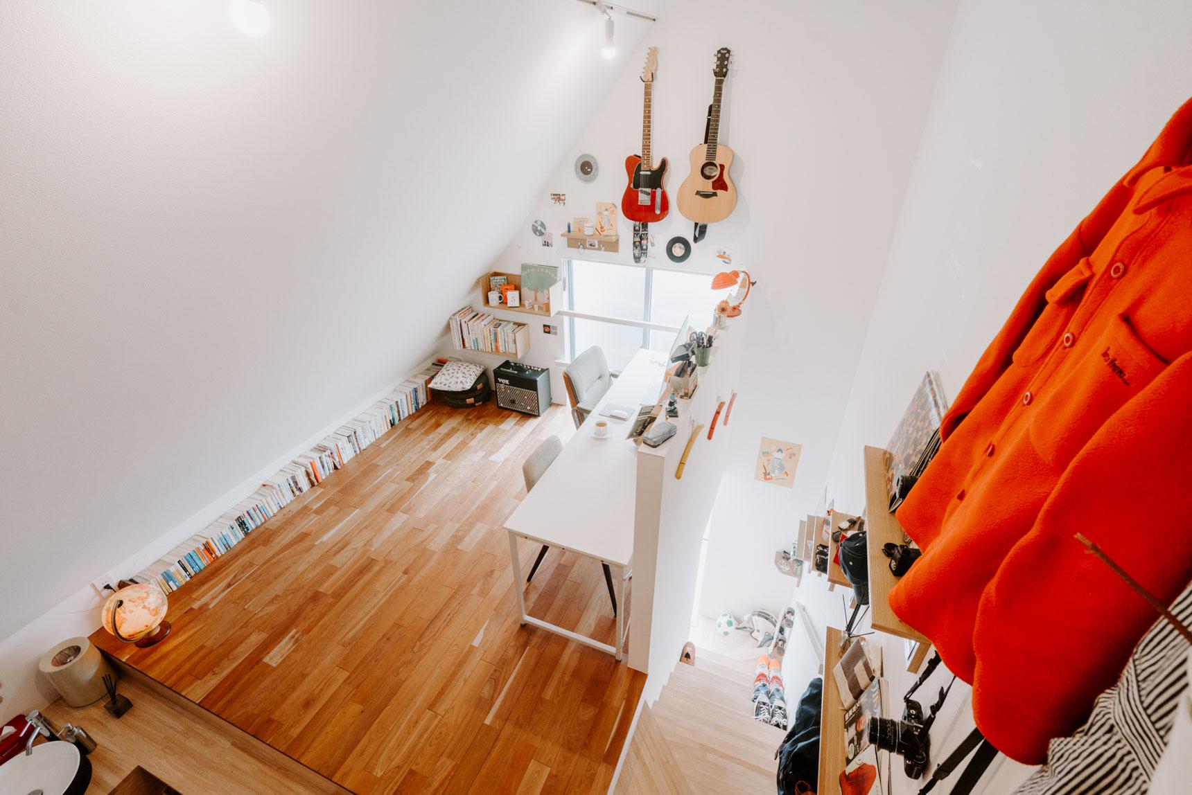 大好きな本は、「壁」に居場所を作って飾って楽しんでいるお部屋。