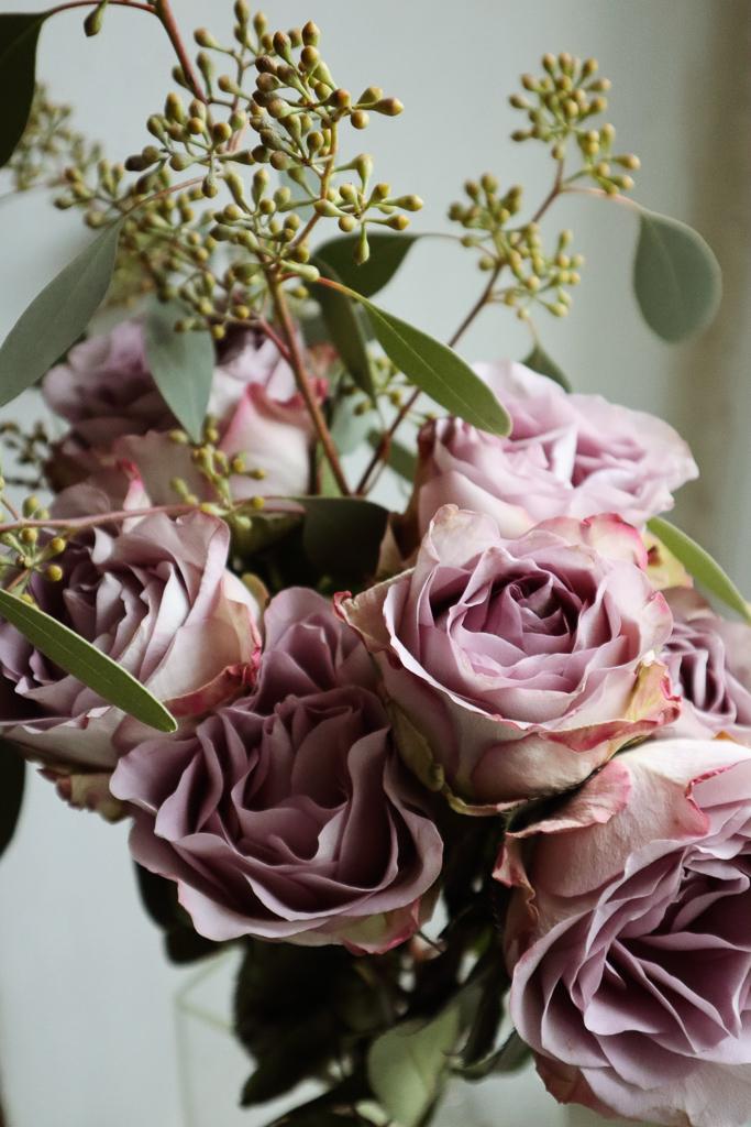 様々なお花を組み合わせて飾りたい時は、あなたの好きな雰囲気をお伝えするようにしましょう。可愛らしいのが好きなのか?枝物が入っていて格好良いのが好き!など。メインのお花は同じでも、組み合わせるものによって、ぐっと雰囲気が変わってくるんです。