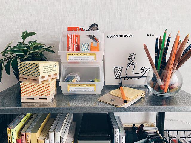 棚の上の文房具は、実用性だけじゃなく、見ていても楽しいデザインのものばかり。