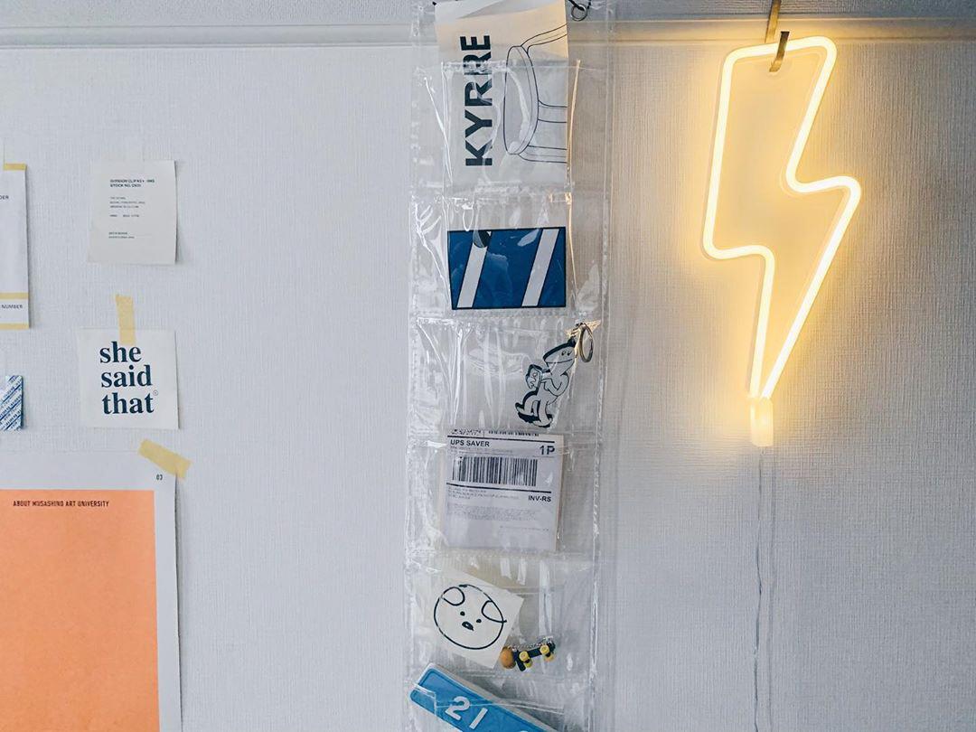 「光る」アイテムもうまく活用しています。壁にかけられていたのは、雷マークのライト。