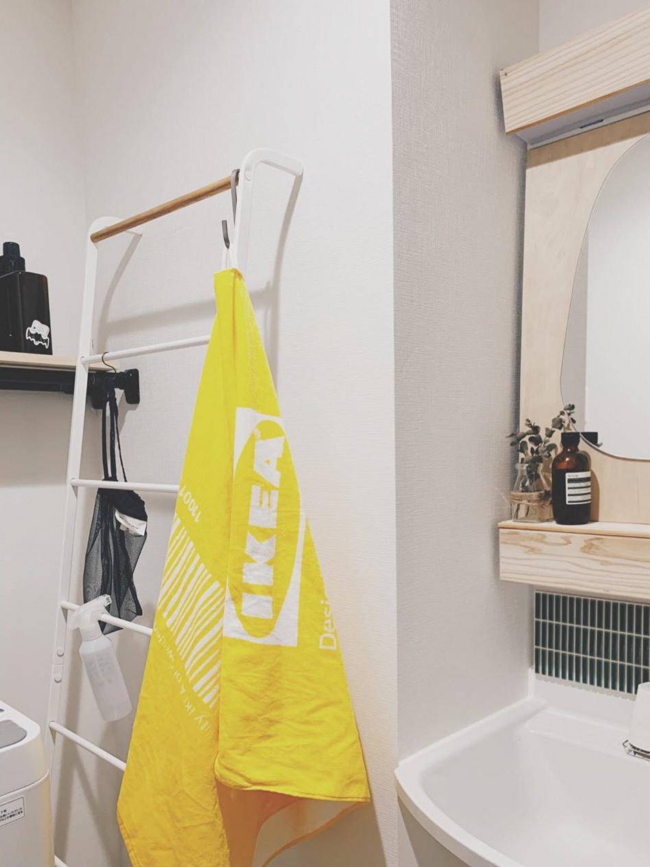 洗面所にも「イエロー」がありました。差し色のバランスが、空間ごとに整っているから、鮮やかな色のものもうまく馴染んでいるのかも。