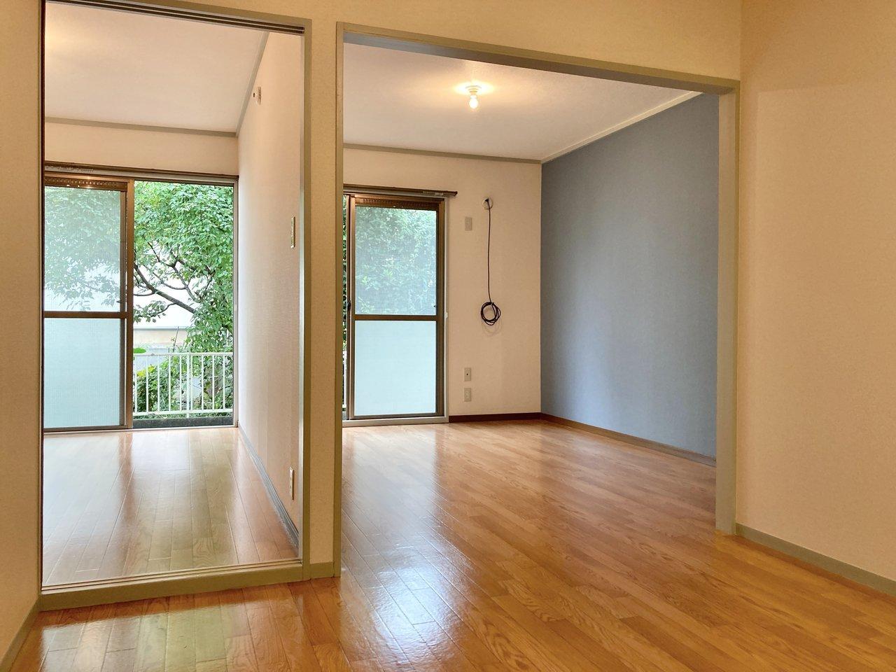 比較的ゆったりとした12畳のリビングと、洋室・和室がついた2LDKのお部屋。リビングのクロスの優しい色合いが素敵です。