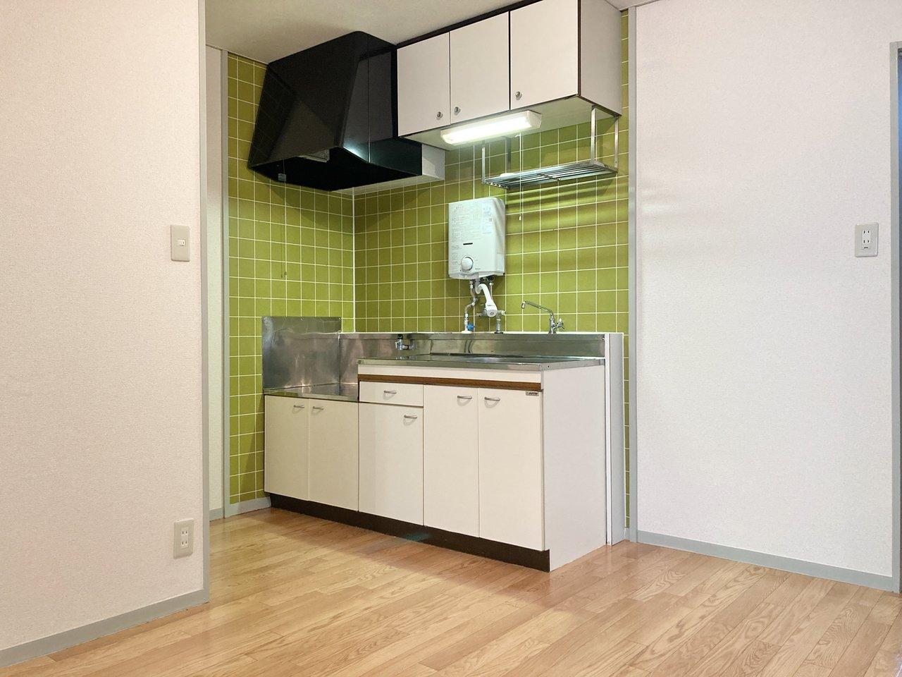 2口ガスコンロ設置可のキッチン。黄色のタイルの色味もいいですね。