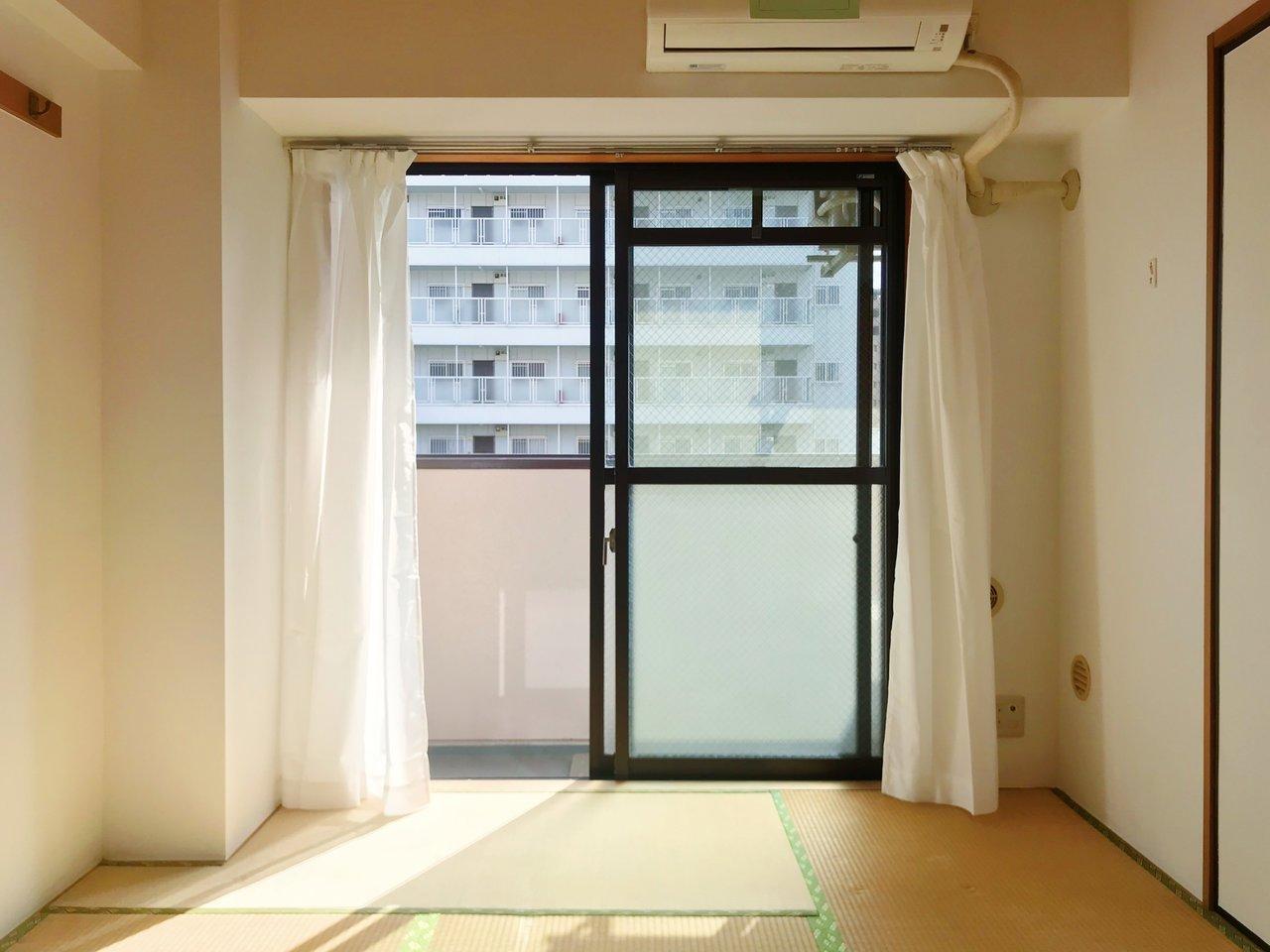 和室はベランダにつながる大きな窓があります。ポカポカ穏やかな陽気がたくさん入ってきます。