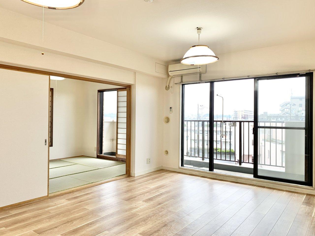 13.8畳の広々としたリビングダイニング。4階建ての最上階なので、見晴らしも良さそう。