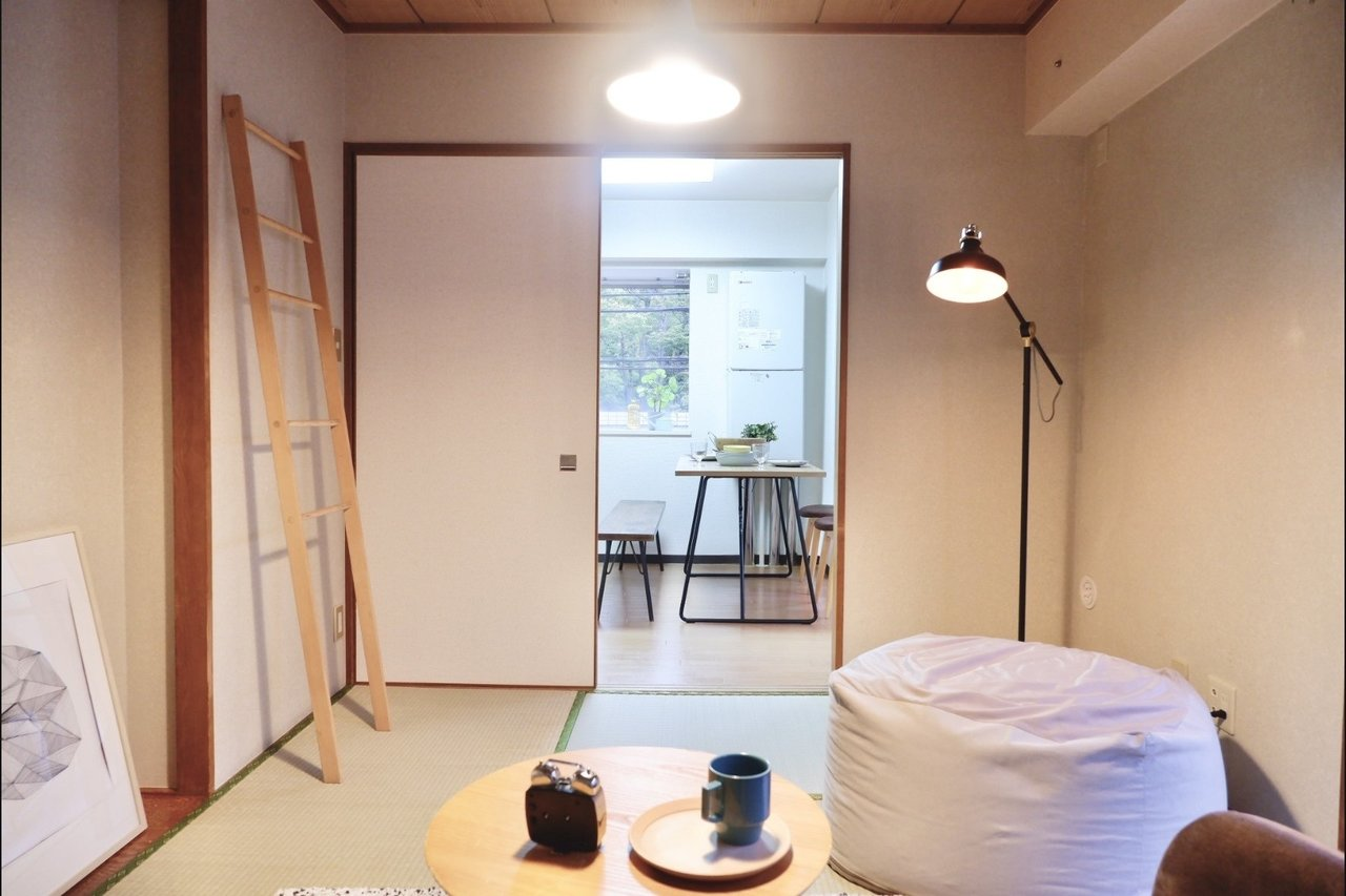ダイニングと和室は引き戸で繋がっています。戸を外してしまって、リビングの一つとしてつなげてしまえば、より広々と生活できそうです。