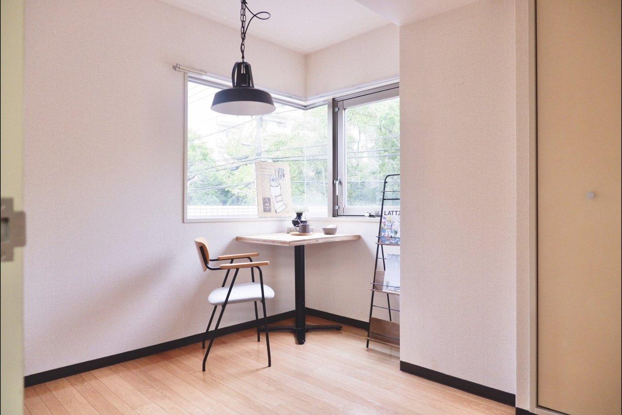 4.6畳の角部屋には、まるでカフェみたいな出窓がついていました。ここにテーブルを置いて、明るい環境で勉強をしたり、仕事をしたりする場所にしたら気持ちいいだろうなぁ。
