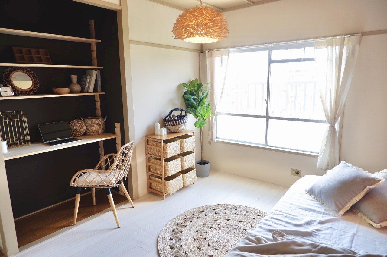 洋室も、アレンジ次第でこんなに素敵な洋室風のお部屋に生まれ変わります。押入れをデスクにするアイディアは真似したい!