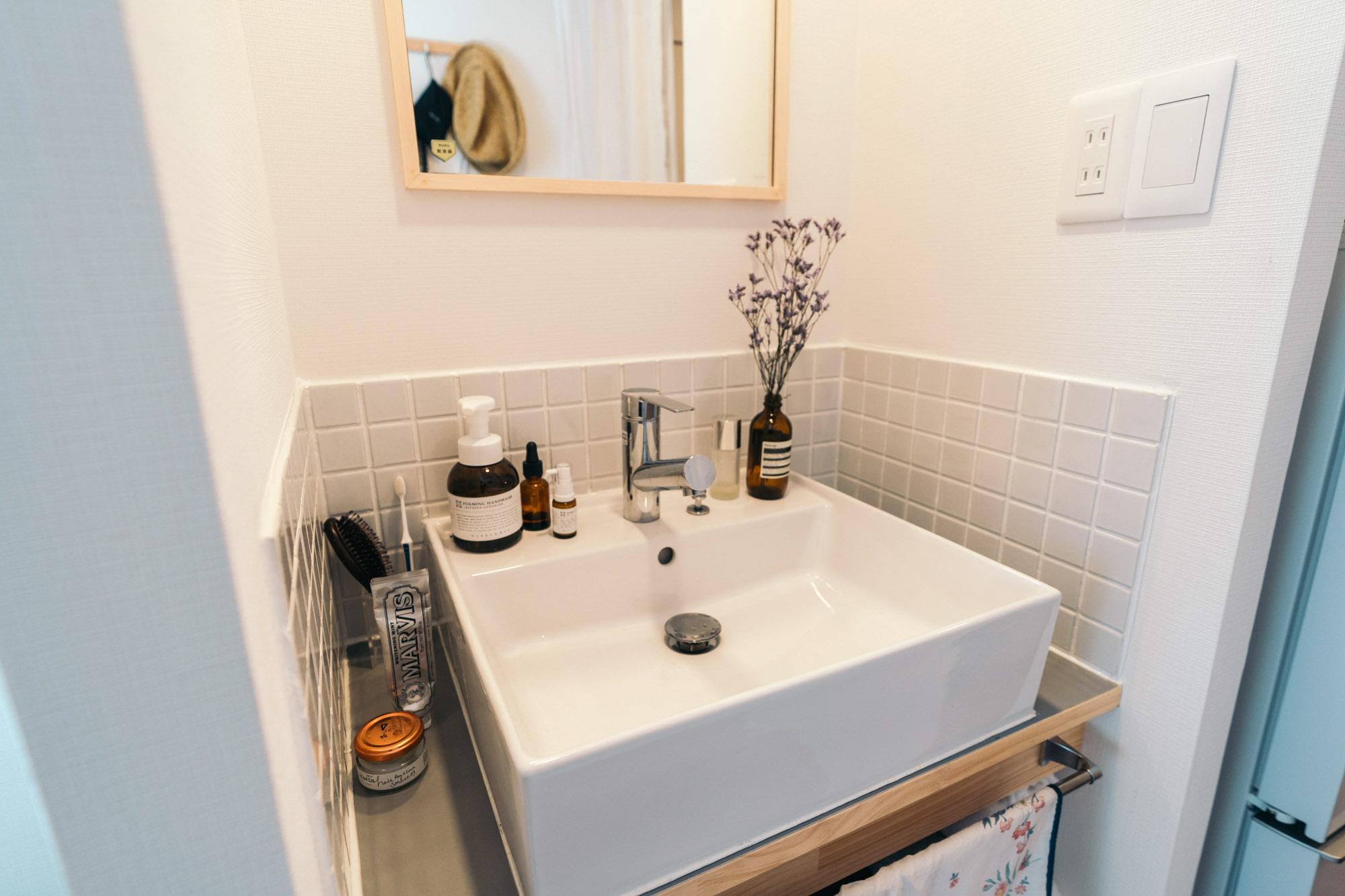 おすすめは洗面台など、水場の近くに普段からグリーンやお花を飾ること。手を洗うたびに目に入りますし、水やりも簡単にできますよ。(このお部屋をもっと見る)