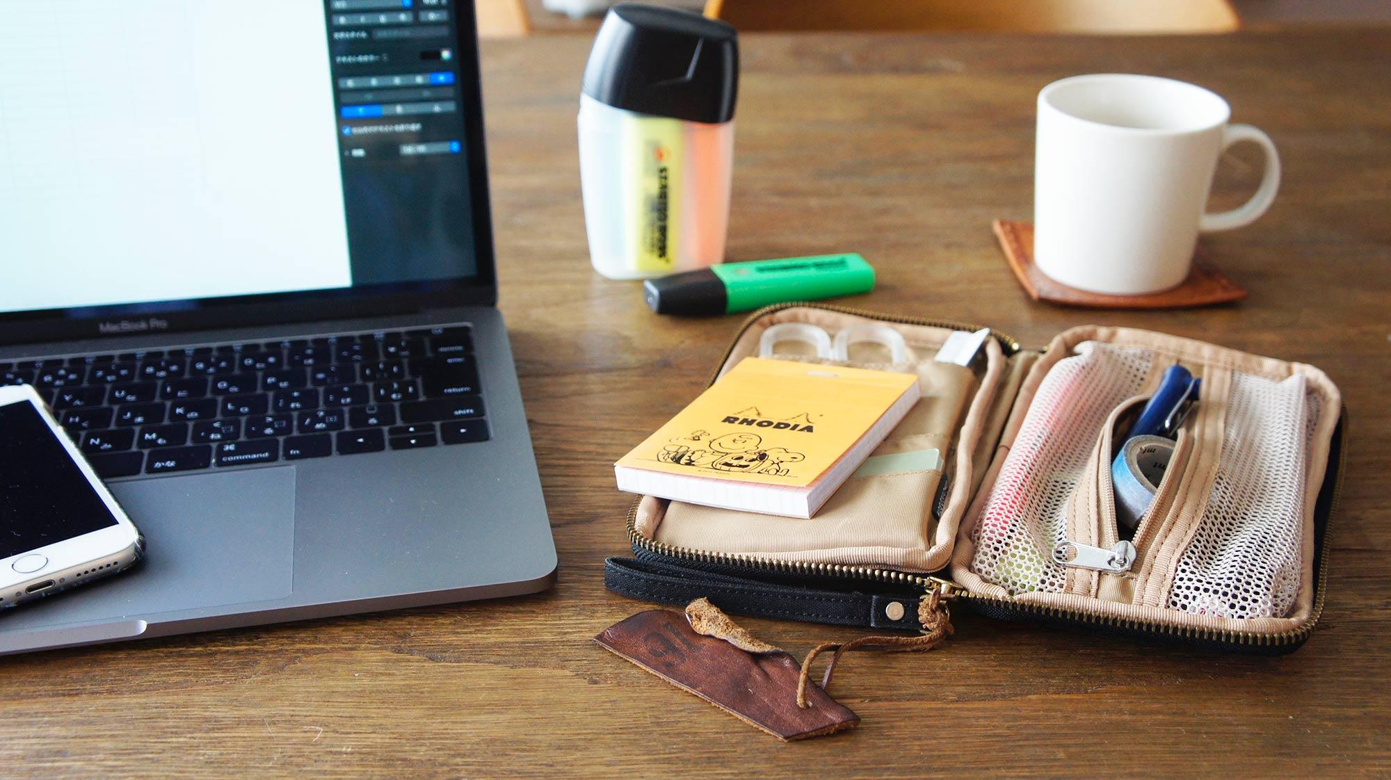 ほかにも、ペンや付箋などの文房具を一気にしまえる「ちいさなひきだしポーチ」も強い味方に。ワンルームなどでデスクスペースをとれていない方は、このような収納グッズを使うことで、デスク周りのオン・オフをしっかり切り分けることができますね。(このお部屋をもっと見る)