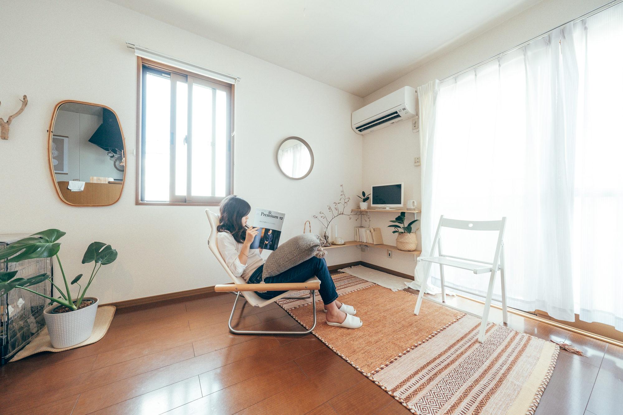 横になったり、本を読んだり、のんびり過ごせる場所。コンパクトなワンルームでも、そんな空間を持つことができるって素敵ですよね。(このお部屋をもっと見る)