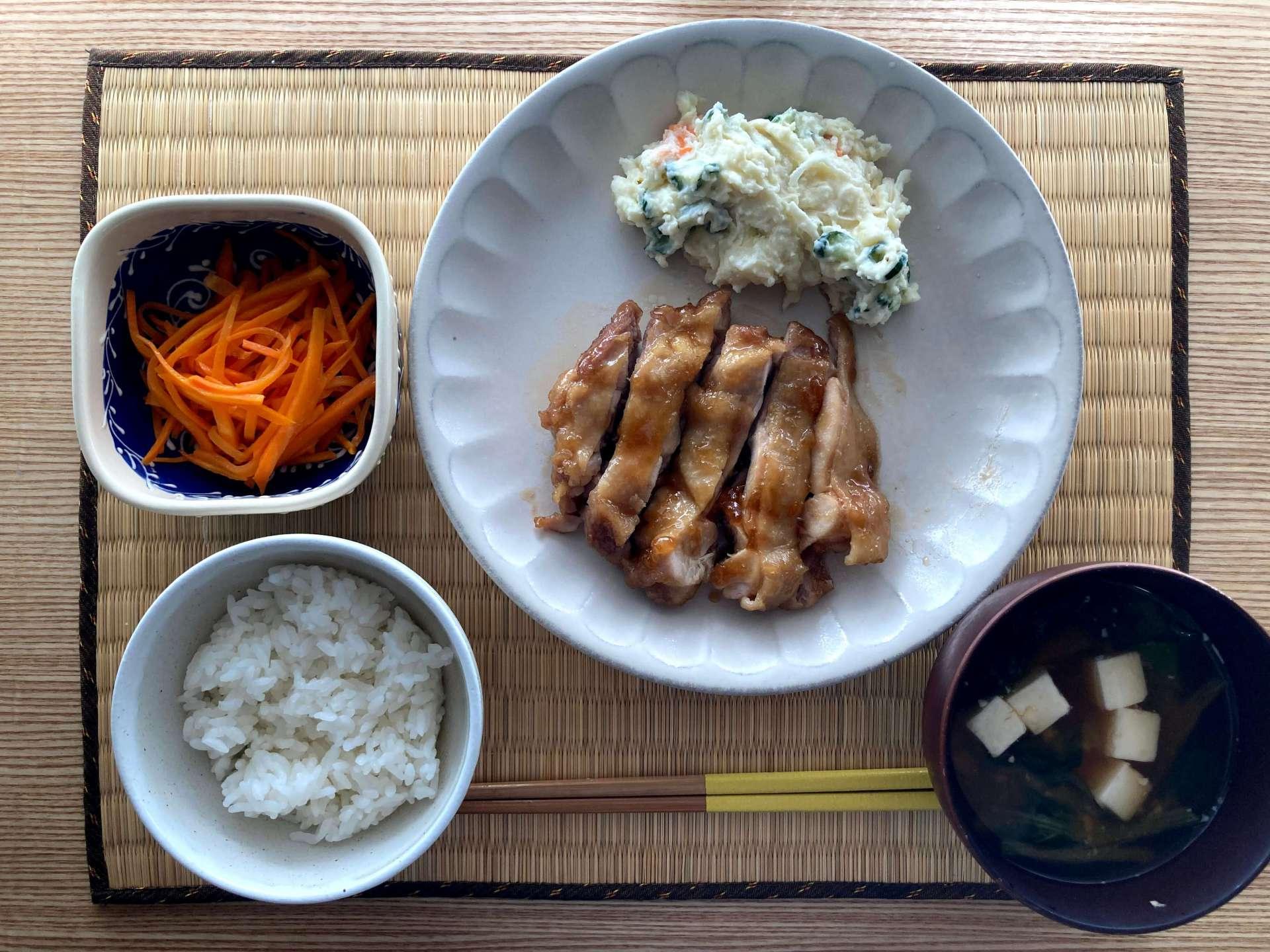 つくりおきレシピを活用して、冷めても美味しく頂けるメニューのストックを増やしておいて、後は夕飯の直前にお肉や魚をを焼くだけ。在宅だからこそできる、息抜き方法です。(このお部屋をもっと見る)