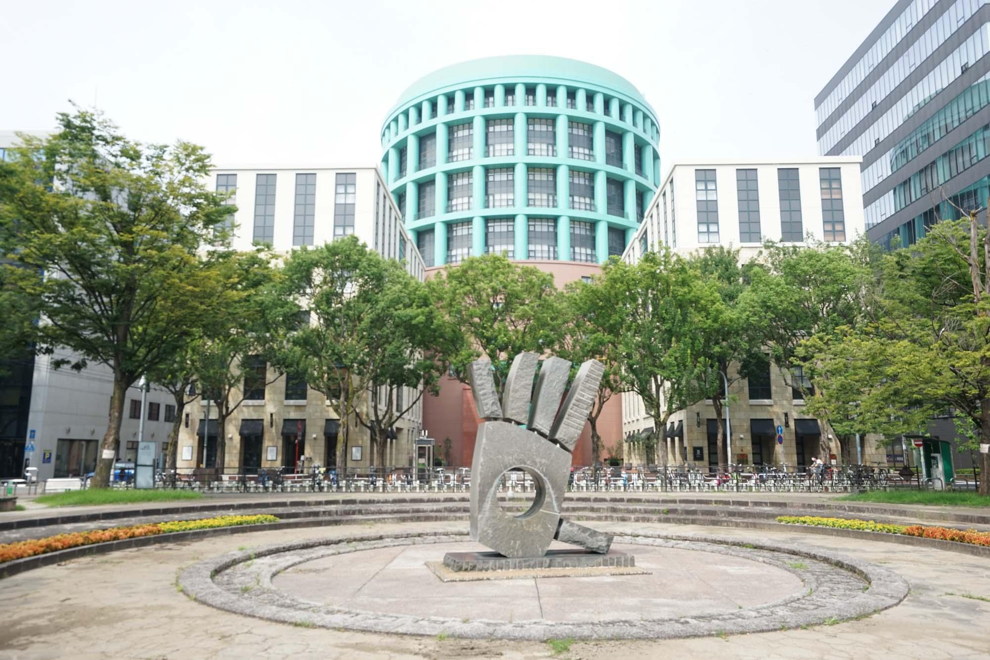 ポストモダン建築を代表する作家、マイケル・グレイヴス氏が設計した建物はインパクト大です。