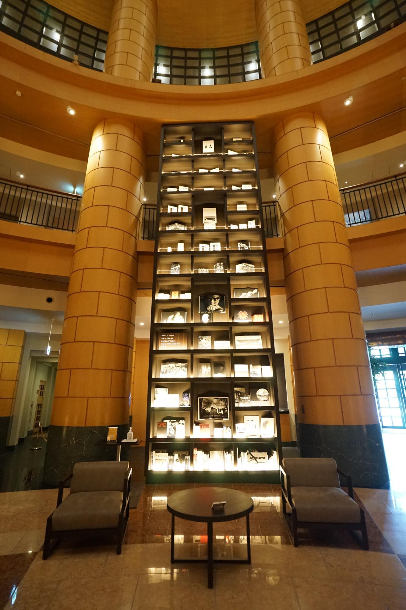 新たに設置された6つの書架に、5,000冊もの本が収められ、荘厳な図書館を思わせる空間に。