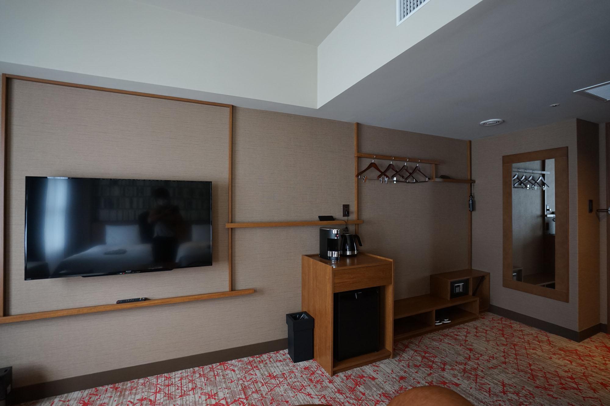 リニューアルで、壁際にあったカウンターデスクや収納ユニットを取り払うことで、より開放的な空間になりました。