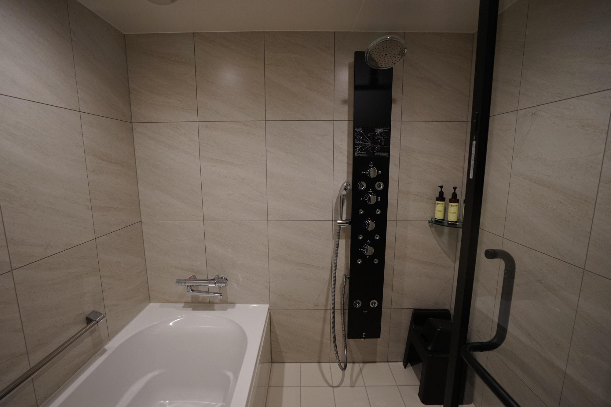 洗い場もある大きなお風呂。こだわりのシャワー設備があります。
