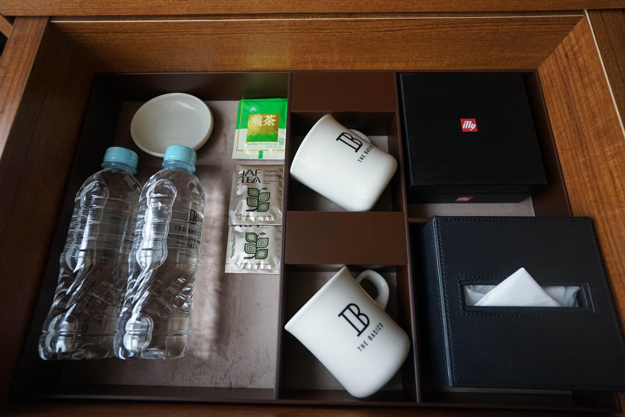 引き出しの中にカップやお茶類。その下はミニ冷蔵庫です。