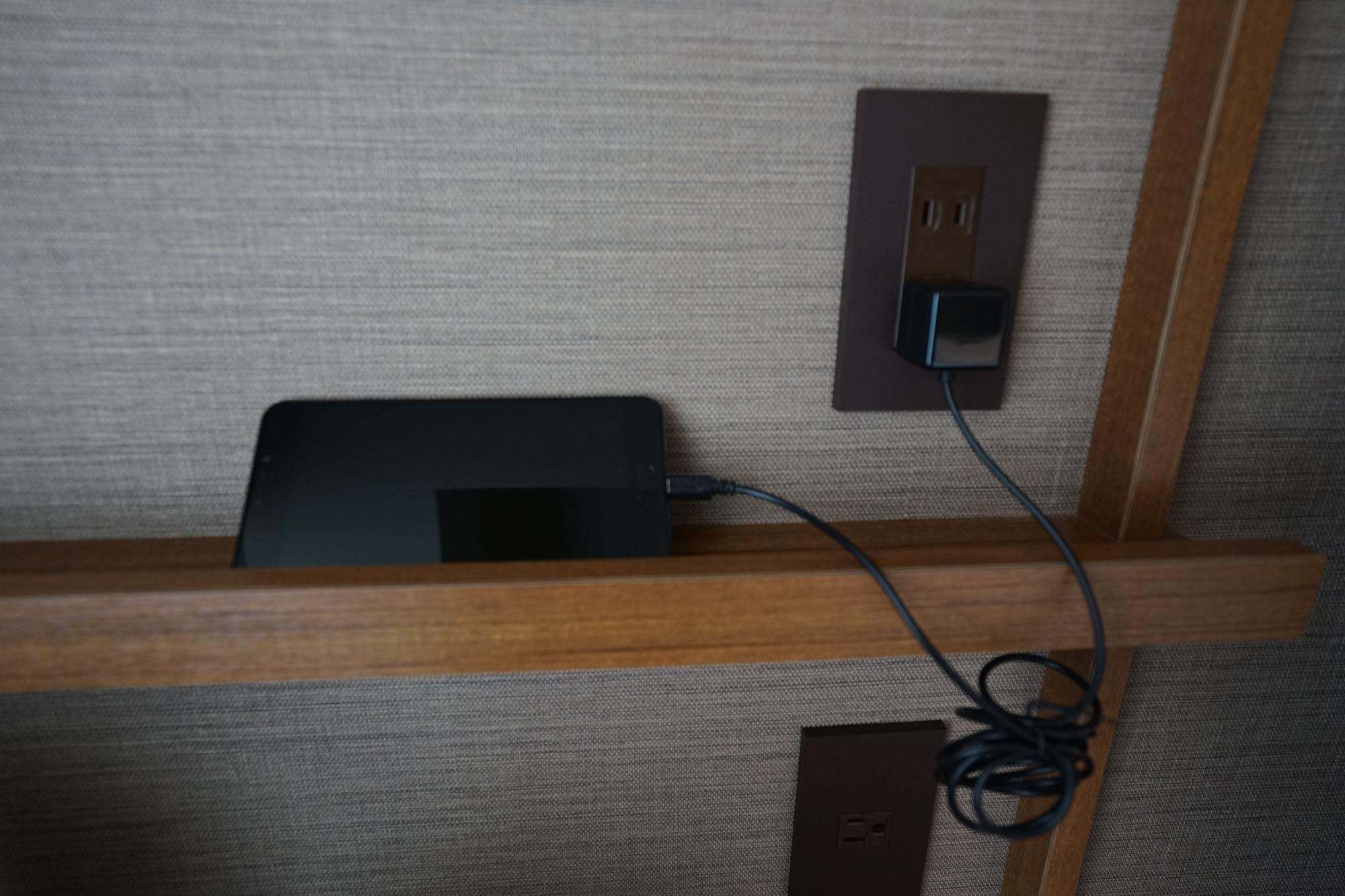 内線電話をやめ、館内サービスにアクセスできるスマートフォンが置かれています。