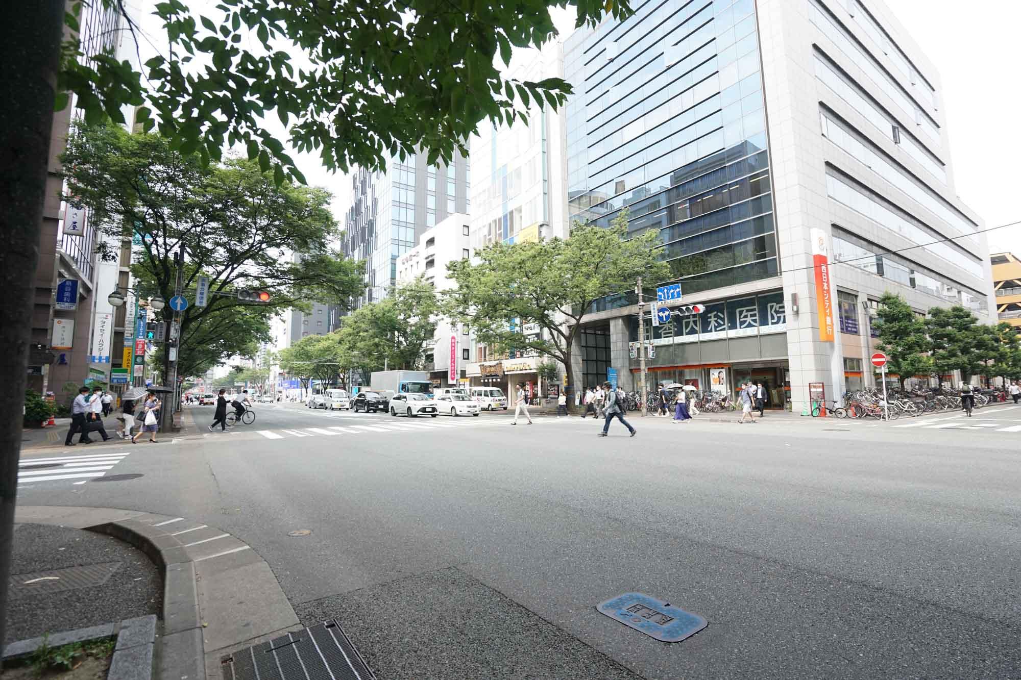 中洲、天神など繁華街へと続く博多駅の西側に比べて、オフィスエリアで静かな印象の東側。ただし周辺で働く人たちの需要に答えて飲食店は非常にたくさんあり、困ることはなさそうです。