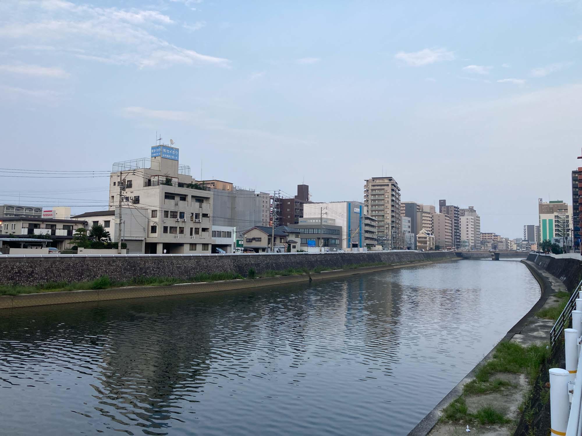 少し歩くと御笠川が流れています。この川を越えると東比恵。福岡空港ももう目の前です。