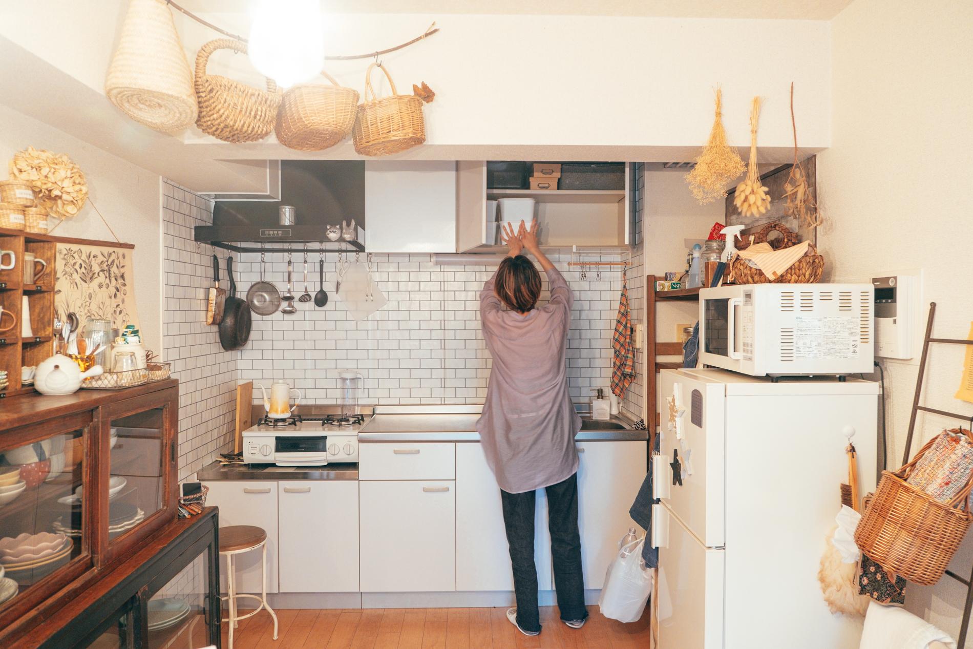 DIYは全て家で行われており、キッチン上の収納にはDIY用のアイテムがびっしり。日頃から作られている様子が伺えます。 「DIYはリビングで行うことが多いので、すぐに取り組みやすいようにと思って、この収納場所になりました。工具に限らず、家のものは使用する場所の近くに収納するというのは大切にしています。」