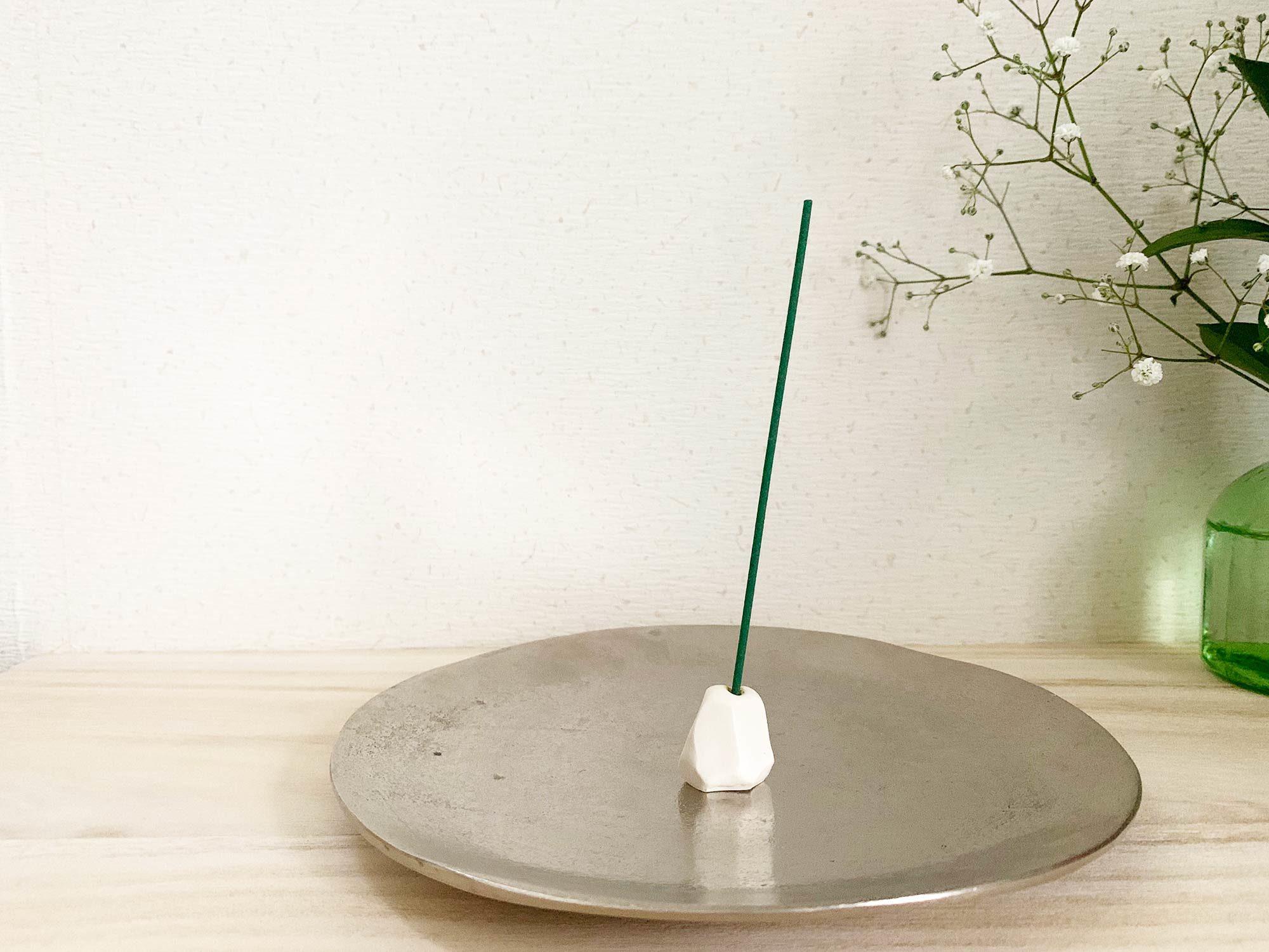 スタンドやトレイにこだわってみるのも良いですね。個人的にはこの銀色の皿と白いスタンドの組み合わせが気に入っています。