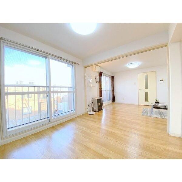 リビングに続く4.5畳の洋室は、引き戸を開けて暮らせば、かなり広々と室内を感じることができそうです。