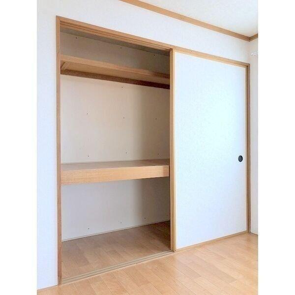 6畳の方の洋室についている収納スペースは、押入れタイプ!奥行きもあるので、たいていの荷物をしまい込むことができますね。