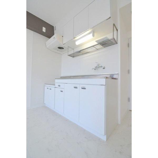 キッチンも白で、清潔感がありますね。横幅があって料理がしやすそうなだけでなく、上下に収納スペースがついているので、食器や調理器具の収納には困らなそうです。