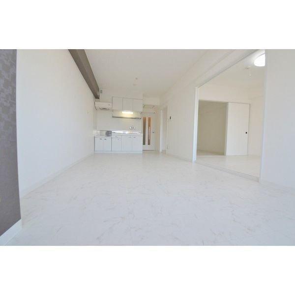 続いては床も壁も白で統一された、2LDKのお部屋。リビングは12畳あり、ダイニングテーブル・ソファ・TVなど、一通りのものは置けそうな広さがります。