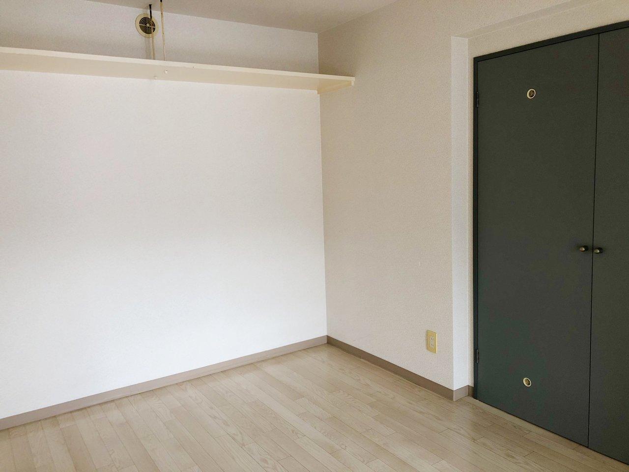 6畳の洋室には、押入れタイプの収納スペースだけでなく、部屋の上部に見せるタイプの収納スペースも。収納としてだけでなく、飾り棚としても活用できそうです。