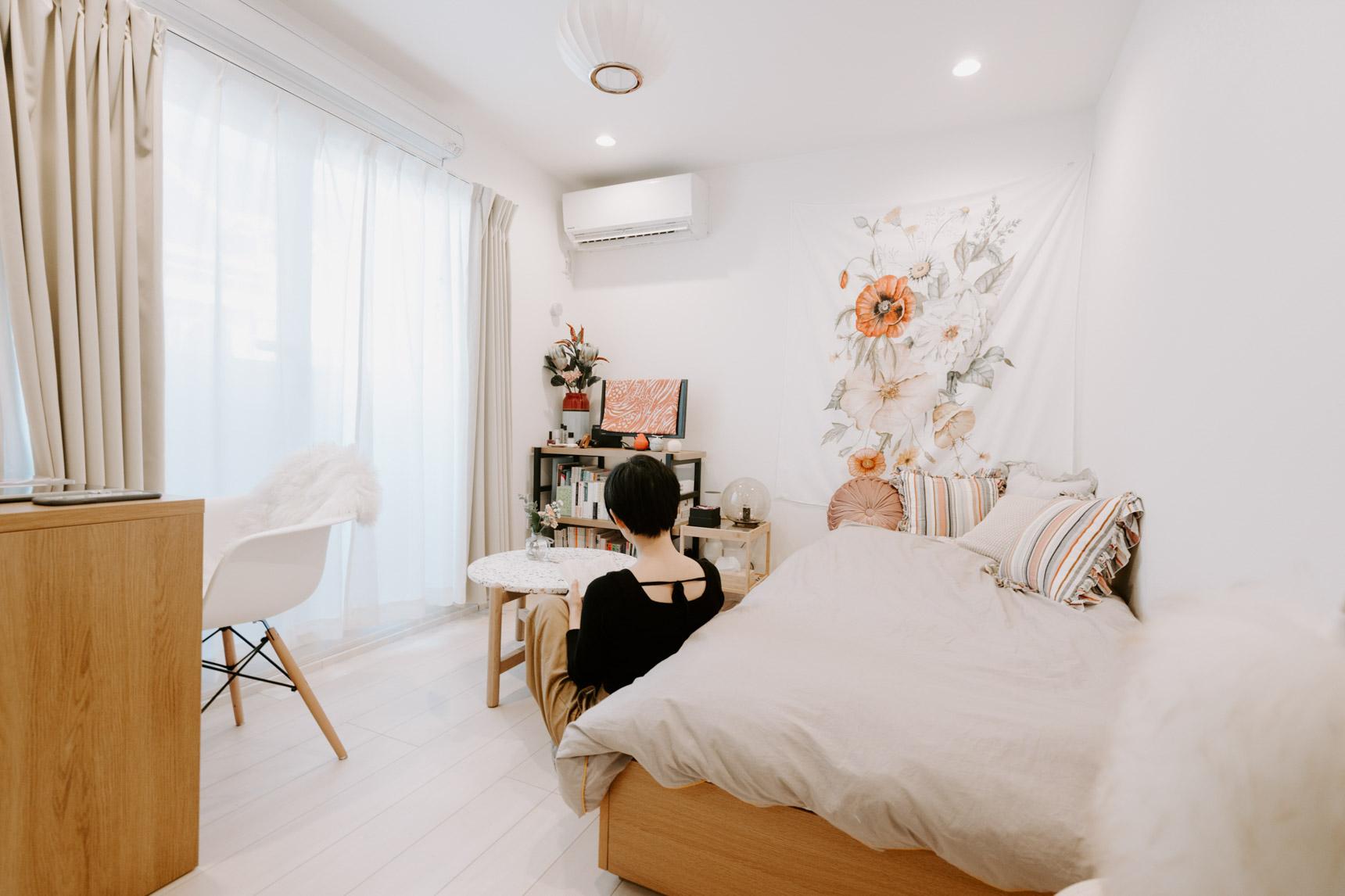 白やオレンジ、グリーンなど、鮮やかな色合いをしつつも、色のトーンを統一しているこちらのお部屋。部屋を印象付ける壁の布が素晴らしいアクセントに。帰ってくるたびに、元気をもらえそうです。(このお部屋をもっと見る)