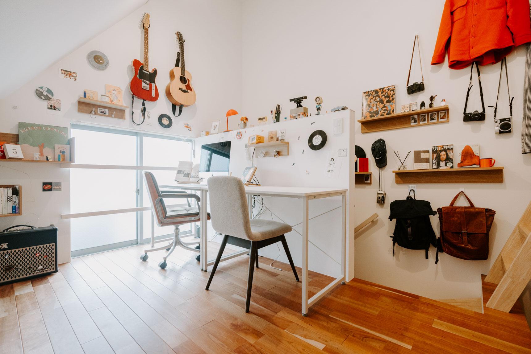 カメラやバッグ、本など様々なモノを飾り付け、住人の方がどんな趣味をお持ちなのかが一目で分かる、個性的なお部屋。(このお部屋をもっと見る)