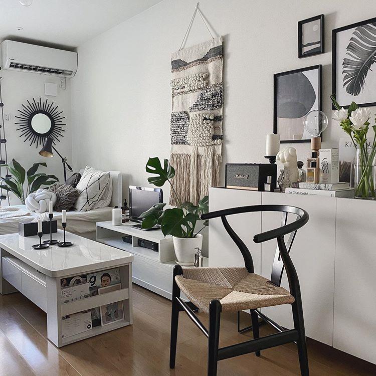 ベッドやテレビボード、チェスト、ローテーブルなどたくさんの家具があっても、全て白で統一されているため狭く見えないお部屋。