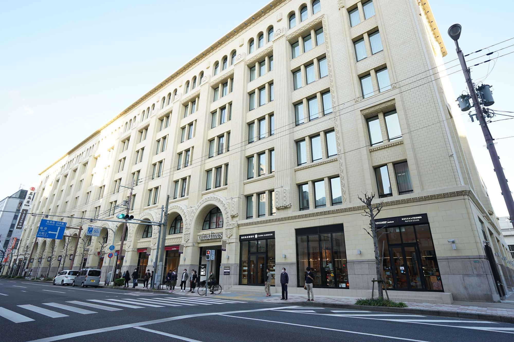 白の外壁にアーチが美しい、昭和初期のアール・デコ建築です。