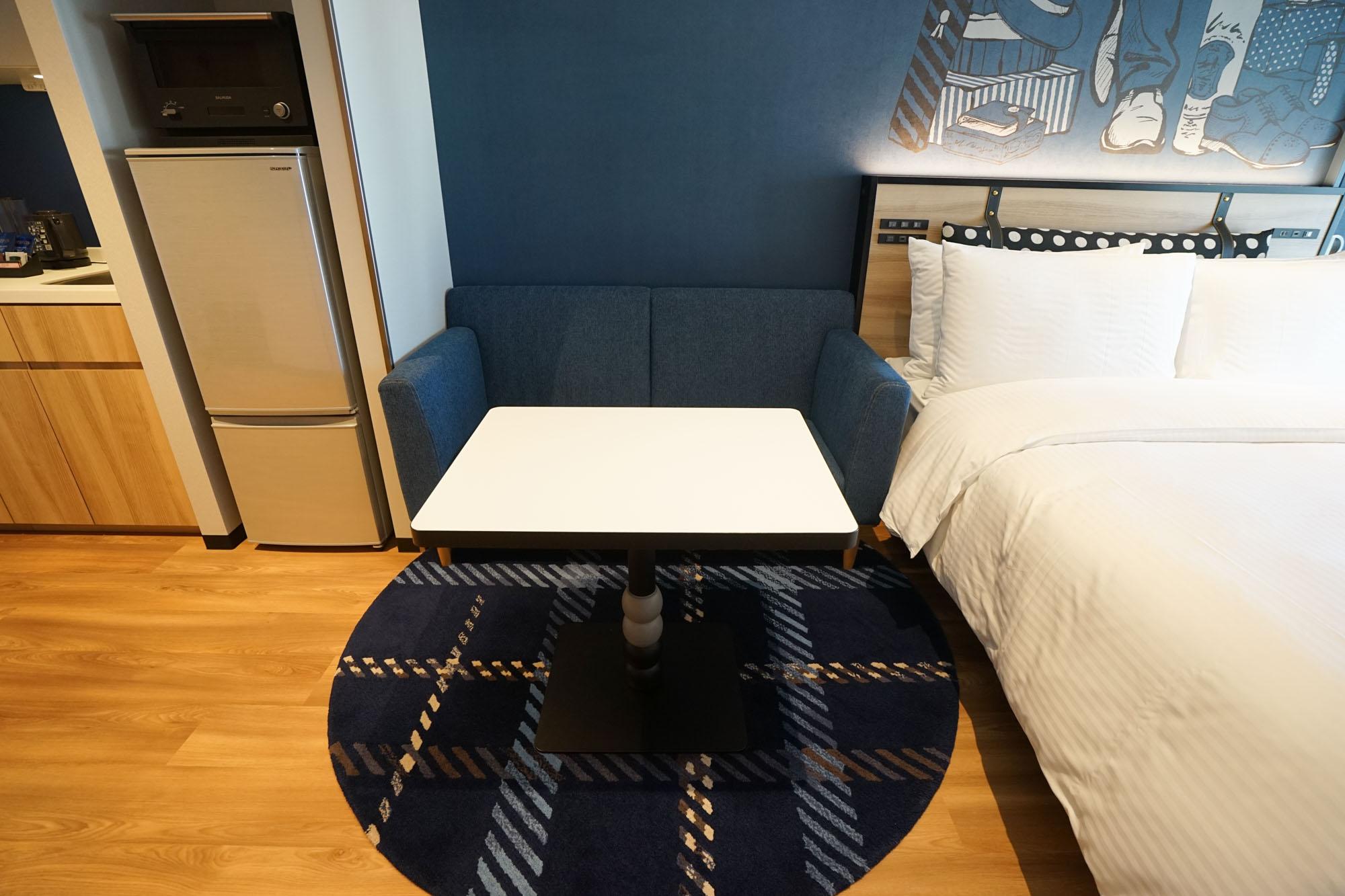 2シーターの大きなソファもついています。こちらのテーブルも、高さがあり広いので、仕事や食事にもゆとりをもって使えます。お二人で利用する場合にも、デスクとソファでそれぞれ居場所ができるので、良さそうです。