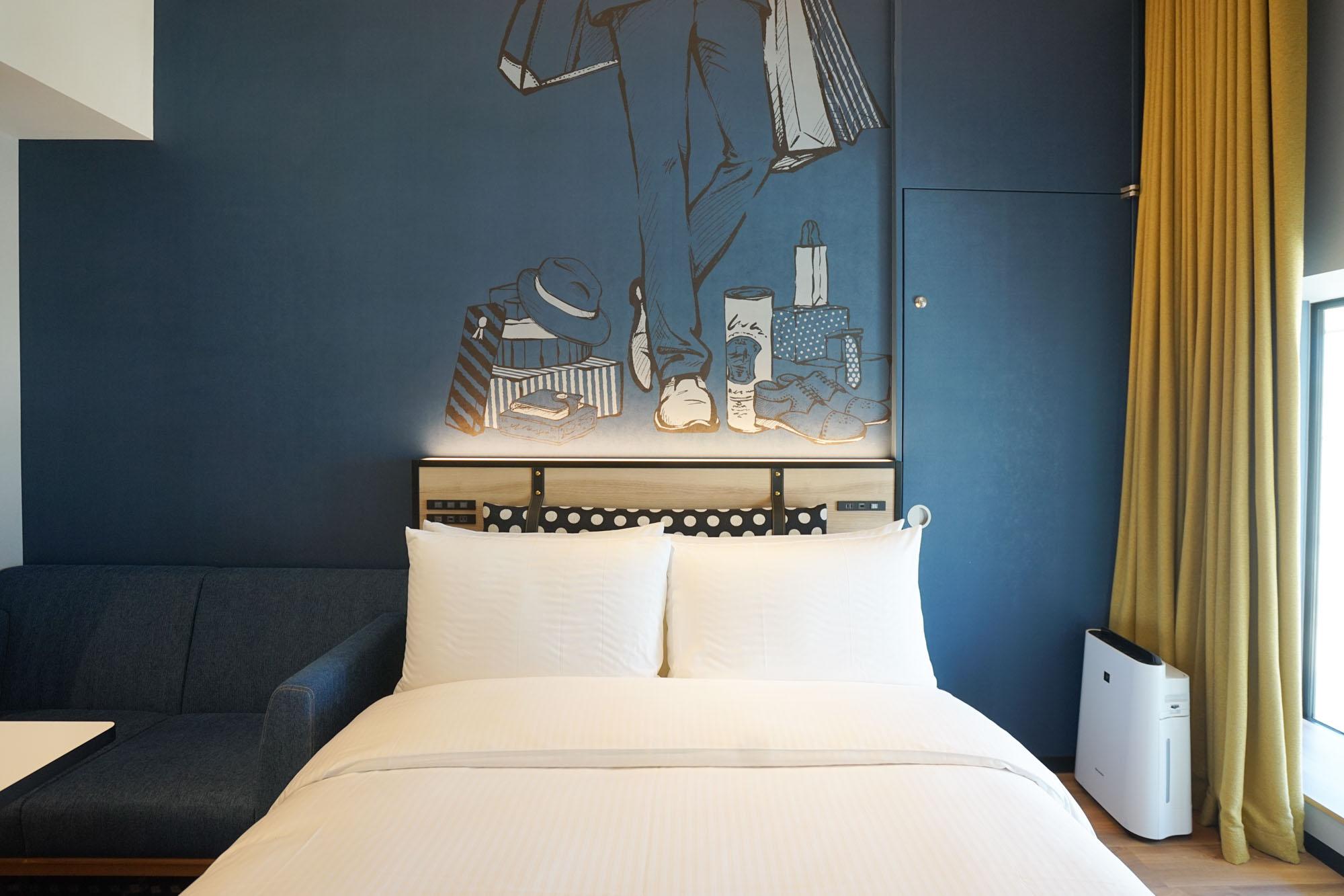 ふかふかのベッド。壁には、ショッピングをイメージしたアートが描かれています。大人っぽいのに可愛いデザインで、とても気に入ってしまいました。
