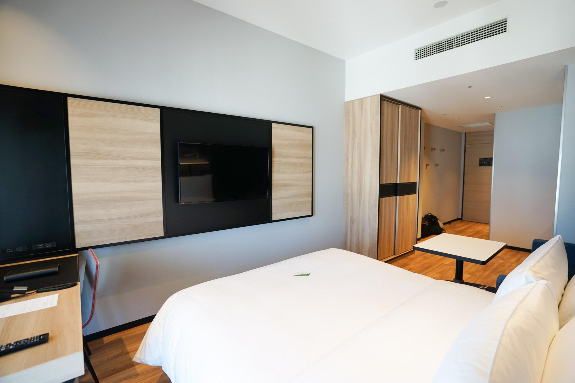 空間を邪魔しない、壁掛けの大きなテレビがあり、リラックスして過ごせます。