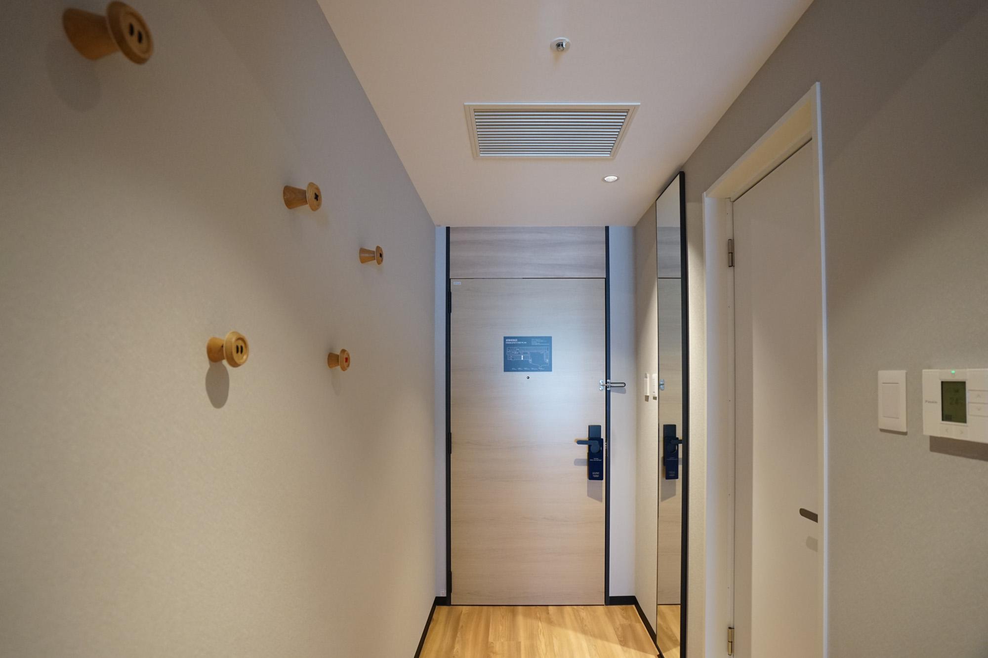 玄関から続く廊下部分に、大きな全身鏡と可愛いフックもついています。