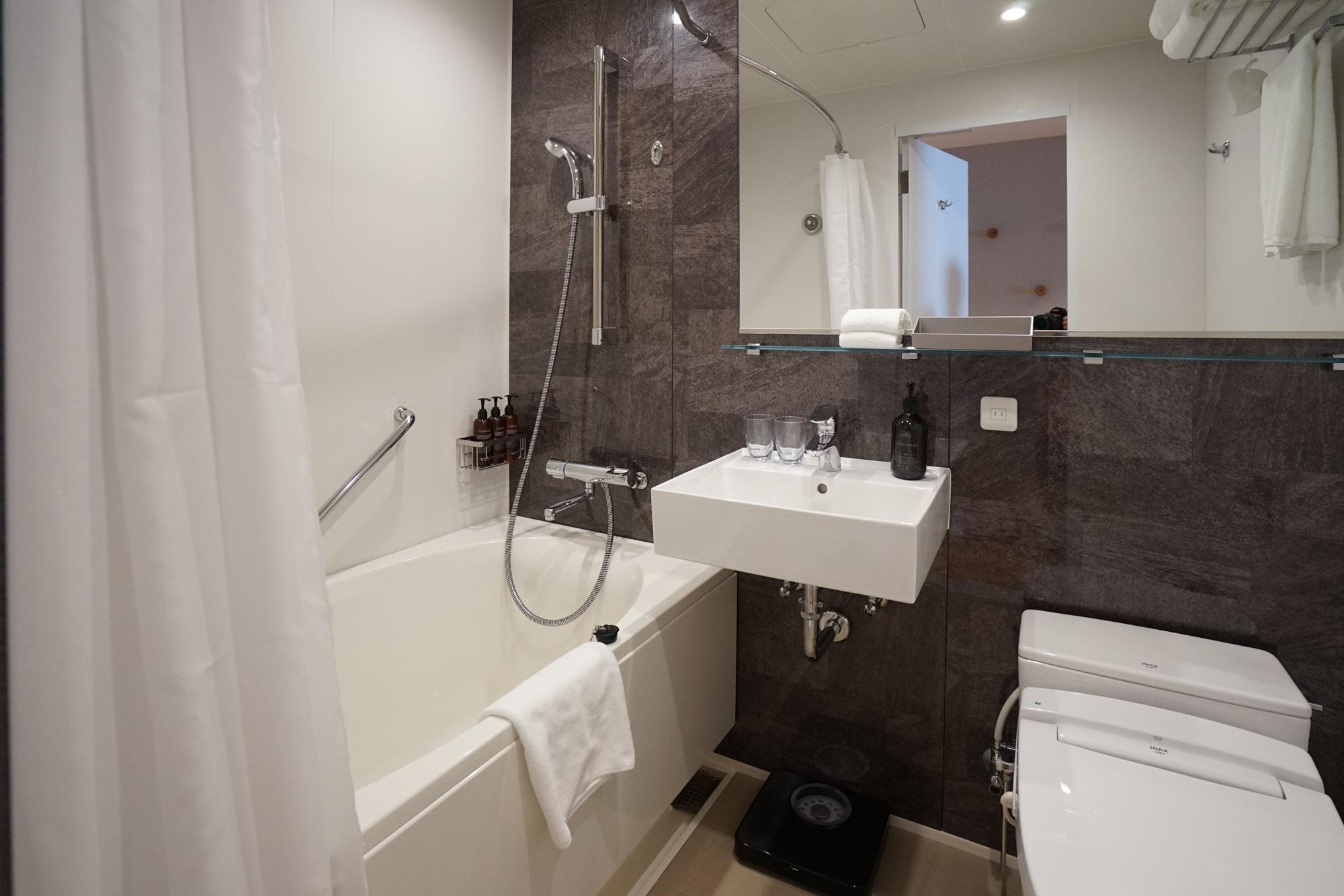 バスルームはセパレートではありませんが、広々の浴槽でくつろげます。