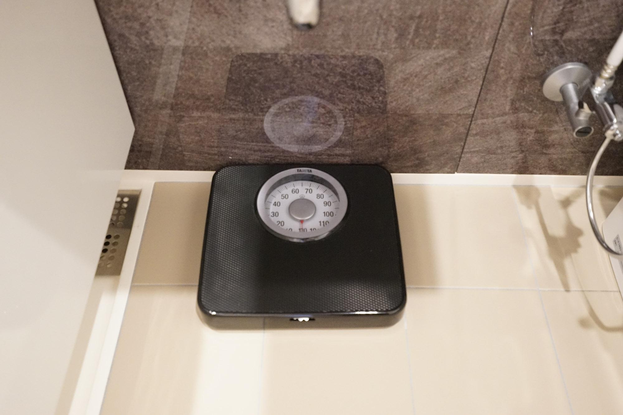バスルームにはスケールが置いてあって、これはかなり助かります。