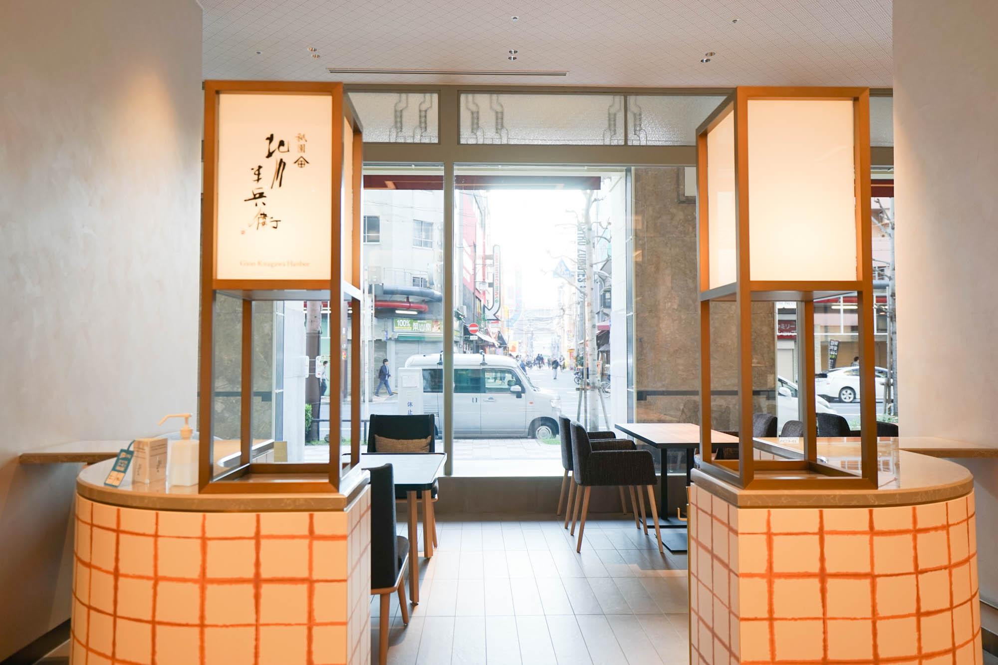 1階のショーウインドーに面した開放的なスペースには、祇園のお茶サロン「北川半兵衛」が。