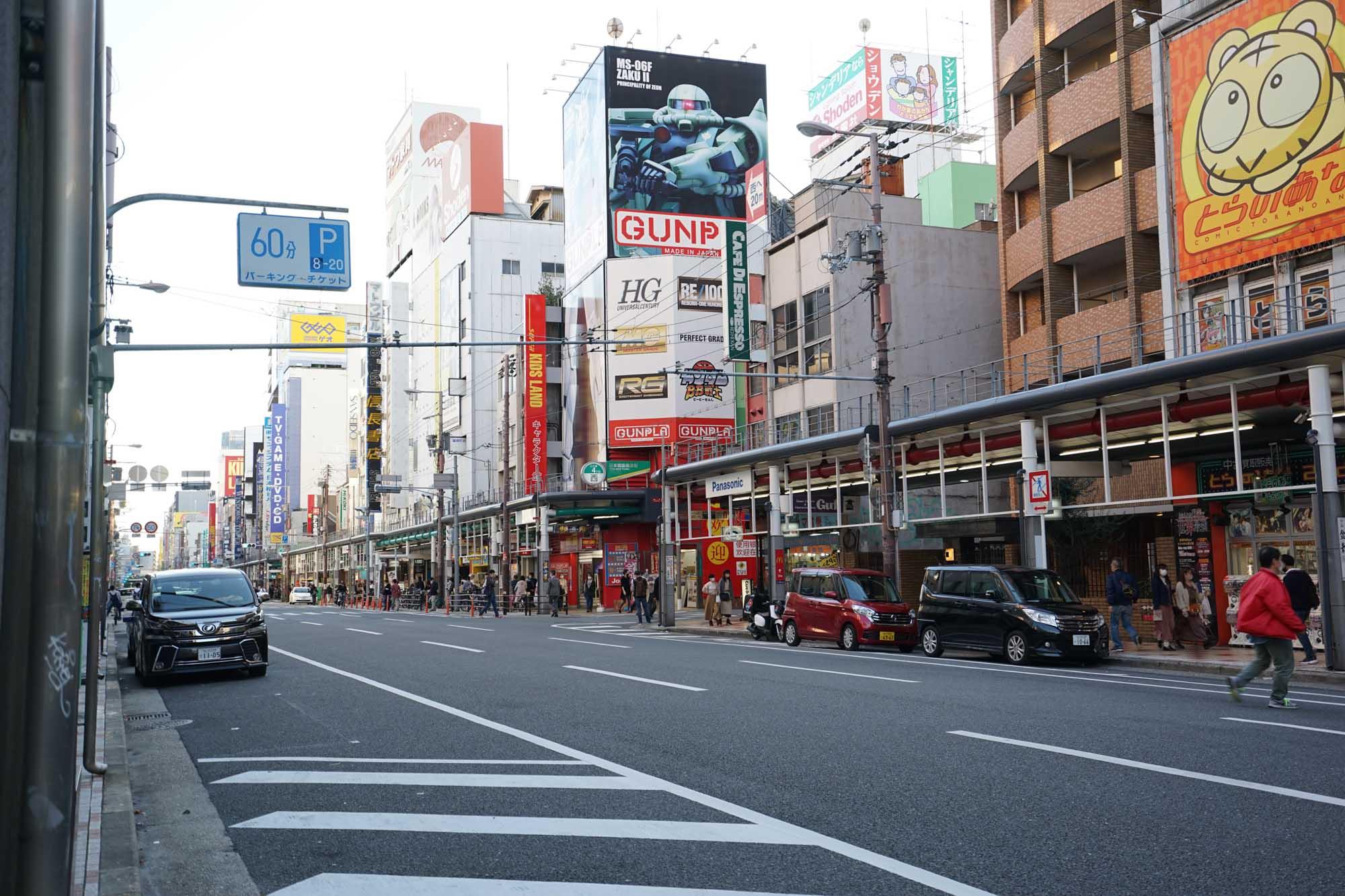 ホテル目の前の通り「堺筋」は、日本橋の電気街。東京でいうと秋葉原のような雰囲気です。通りの向かい側に「ローソン100」があったので、簡単な食料品、日用品はそこで揃えられそう。